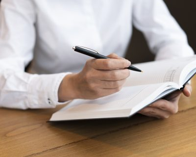 business-woman-writing-in-agenda2